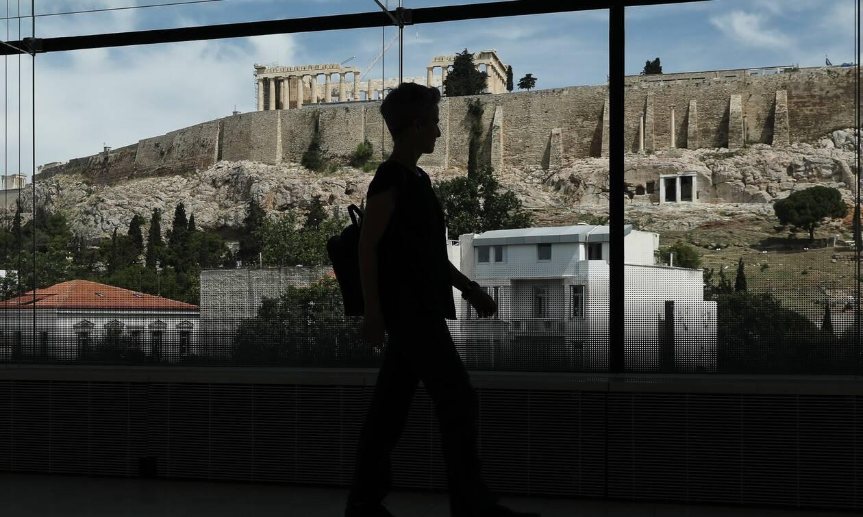 Κορονοϊός: Τρομάζει η διασπορά στην Αττική - Νέοι που επιστρέφουν από τα νησιά τα κρούσματα