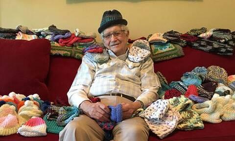 Παππούς έμαθε να πλέκει στα 86 του χρόνια για έναν ξεχωριστό λόγο