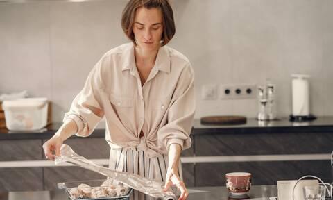 Οι άγνωστες χρήσεις του αλουμινόχαρτου στην καθαριότητα της κουζίνας