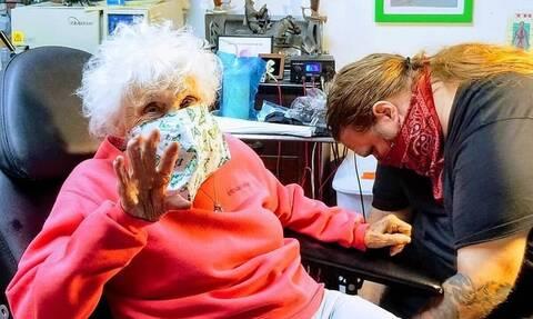 Γιαγιά 103 ετών βγήκε από γηροκομείο και έκανε τατουάζ και βόλτα με μηχανή (pics+vid)
