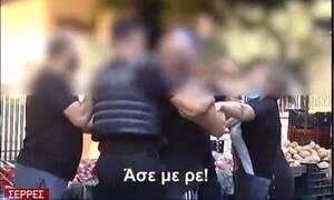 Απίστευτες εικόνες στις Σέρρες: Στα χέρια αστυνομικοί και πολίτες σε λαϊκή για τη χρήση μάσκας