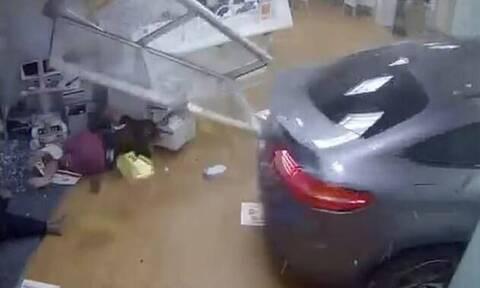 Έχασε τον έλεγχο του αμαξιού και μπούκαρε στα επείγοντα - 1 νεκρός (pics+vid)