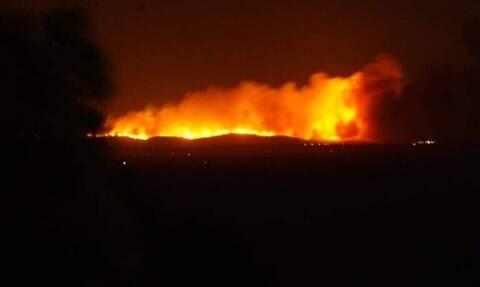 Μεγάλη φωτιά κατακαίει το Τσεσμέ - Ορατές οι φλόγες από τη Χίο (vid)