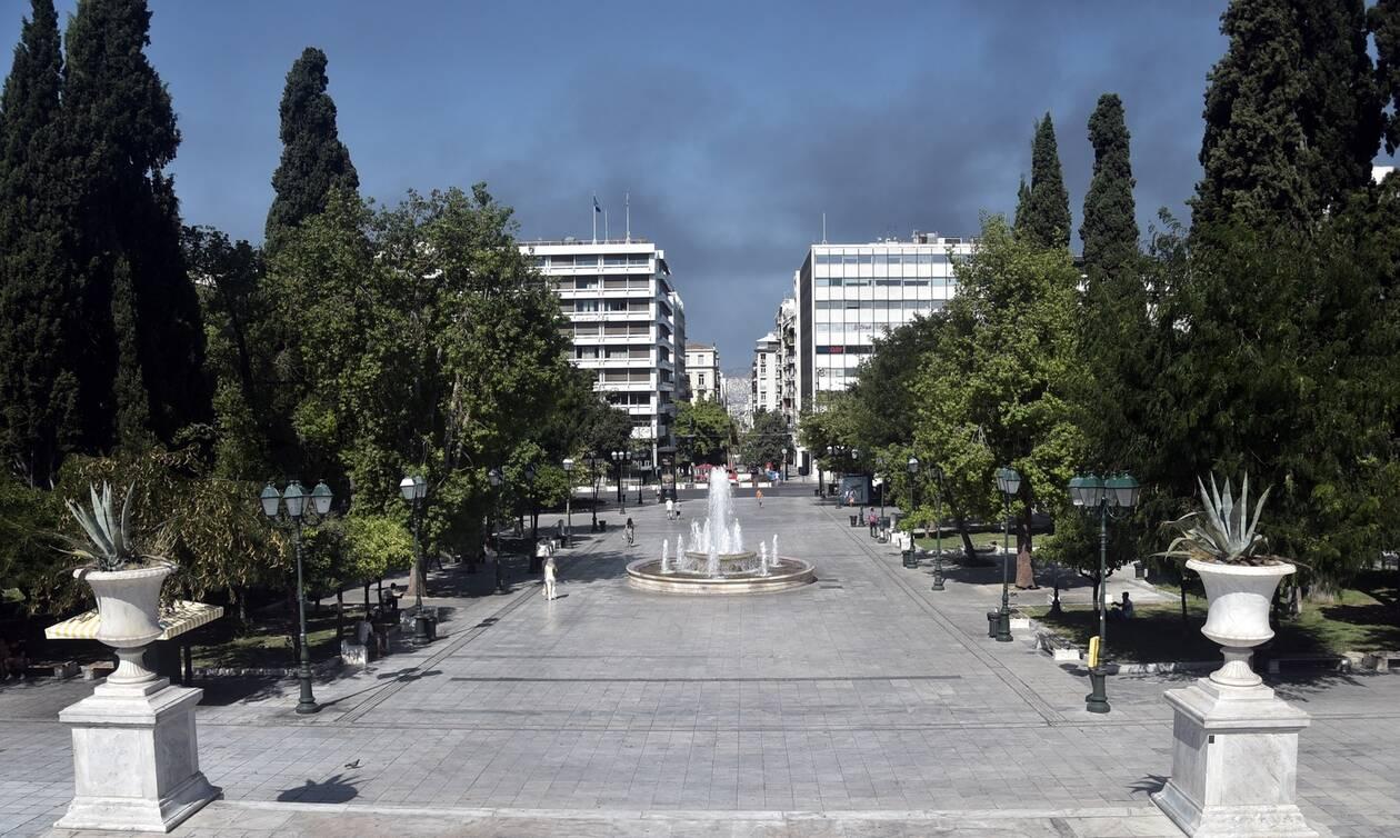 Δεκαπενταύγουστος: Αδεια η Αθήνα - Οι καπνοί από την φωτιά έφτασαν στο Σύνταγμα