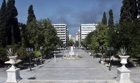 Δεκαπενταύγουστος: Άδεια η Αθήνα - Οι καπνοί από την φωτιά έφτασαν στο Σύνταγμα