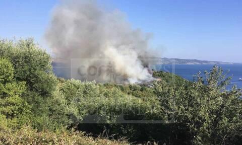 Φωτιά ΤΩΡΑ στην Κέρκυρα: Το λιμενικό απομάκρυνε λουόμενους (pics)