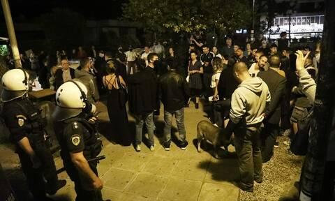 Κορονοϊός: Το «φαινόμενο της πλατείας» ανησυχεί την κυβέρνηση