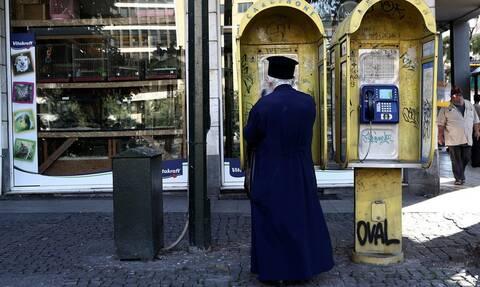 Χαμός με ιερέα στην Κρήτη: Βγήκε ημίγυμνος με όπλο στο δρόμο