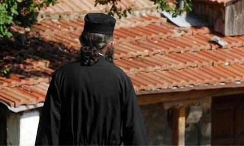 Κρήτη: Σοκαριστικές αποκαλύψεις για τον ημίγυμνο ιερέα με το όπλο