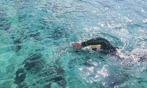 Κρήτη: Τον κόλπο της Κισσάμου διασχίζει κολυμπώντας 45χρονος για καλό σκοπό