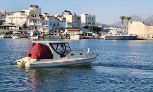 Жители острова Крит доставляют сувлаки на военные корабли и угощают моряков