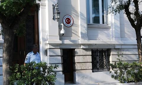 Πέταξαν μπογιές και τρικάκια στην τουρκική πρεσβεία στην Αθήνα (pics)