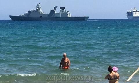 Κρήτη: Φρεγάτα, κρουαζιερόπλοιο και λουόμενοι… όλοι μαζί σε παραλία στα Χανιά (pics)