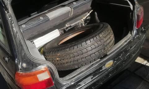 Θεσσαλονίκη: Δεν πίστευαν στα μάτια τους - Δείτε τι βρήκαν μέσα σε ζάντα αυτοκινήτου