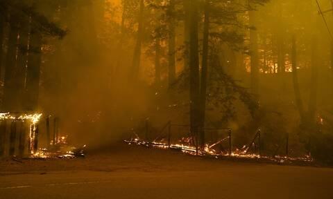 ΗΠΑ: Η Καλιφόρνια συνεχίζει να φλέγεται, δεκάδες χιλιάδες κάτοικοι εγκατέλειψαν τα σπίτια τους