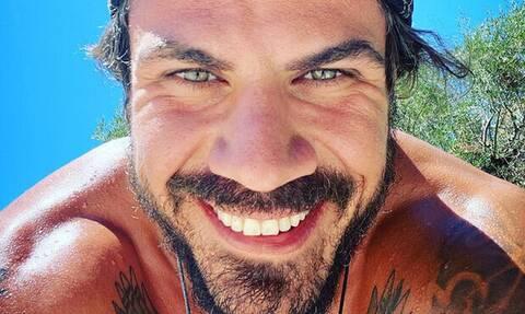 Άκης Πετρετζίκης: Πιο «χτιστός» από ποτέ στις topless φωτογραφίες του