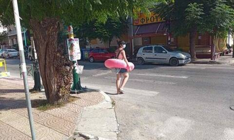 Πάτρα: Δεν πίστευαν στα μάτια τους - Περπατούσε στο δρόμο φορώντας… σωσίβιο!
