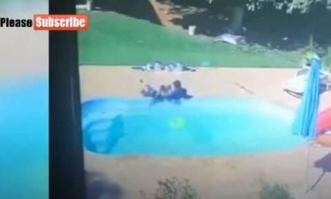 Συγκλονιστικό βίντεο: 3χρονος σώζει φίλο του από πνιγμό σε πισίνα