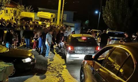 Κρήτη: Με τους αστυνομικούς από δίπλα, γλέντι σε γαμο-βάφτιση στα Χανιά - Χόρευαν στο δρόμο (pics)