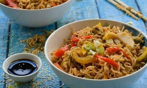 Noodles με γαρίδες και μπρόκολο από τον Άκη Πετρετζίκη!