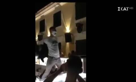 Απίστευτες εικόνες σε μπαρ με τον ύμνο του ΠΑΣΟΚ και… Ανδρέα Παπανδρέου (vid)