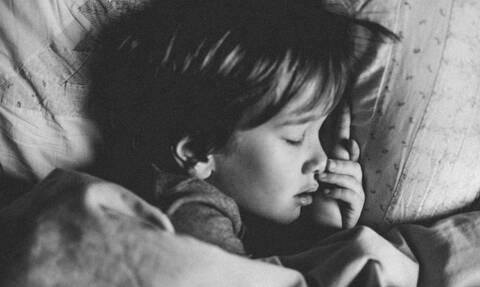 Γιατί οι γονείς που κοιμούνται με τα παιδιά τους το κρύβουν;