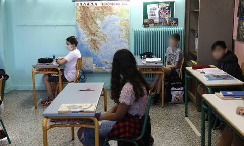Κορονοϊός - Σχολεία: Live οι ανακοινώσεις Κεραμέως για την επιστροφή στα θρανία