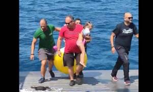 Ναύπακτος: Συγκλονιστικό βίντεο από την διάσωση 3χρονης από τη θάλασσα με ferry boat