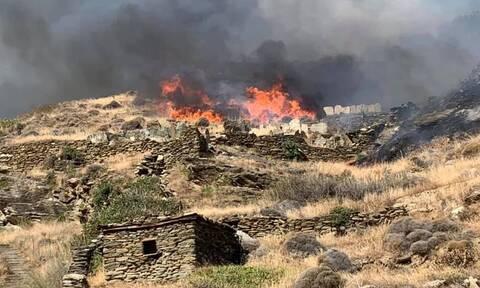 Άνδρος: Φωτιά στο Συνετί – Πιθανή εκκένωση του οικισμού
