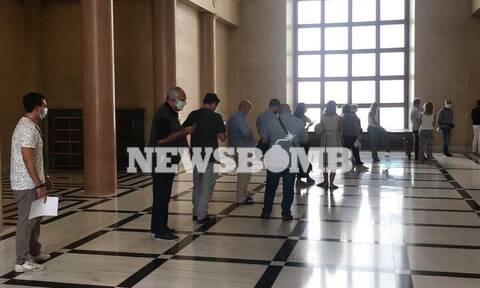 Κορονοϊός: Ουρά για το τεστ μοριακού ελέγχου στη Βουλή (pics)
