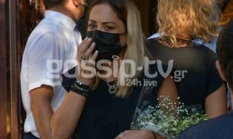 Με δάκρυα στα μάτια η Μελίνα Ασλανίδου στην κηδεία του Γιάννη Πουλόπουλου