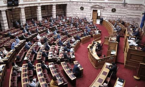 Βουλή: Σφοδρή σύγκρουση στη συζήτηση για την ΑΟΖ - Συμφωνία για τα 12 μίλια στο Ιόνιο