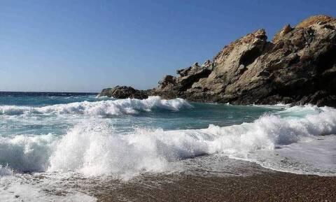Χανιά: Κολυμπούσαν και ξαφνικά η θάλασσα έγινε... πράσινη (pics - vid)