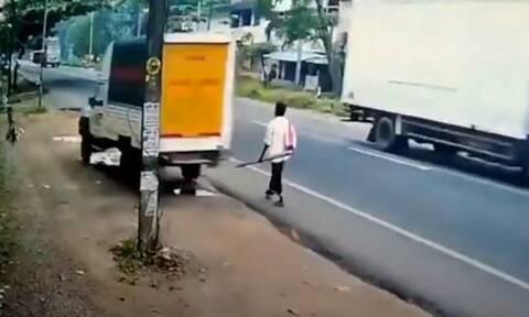Βίντεο: Μεθυσμένος φορτηγατζής περνάει ΞΥΣΤΑ από πεζό - Είχε άγιο!