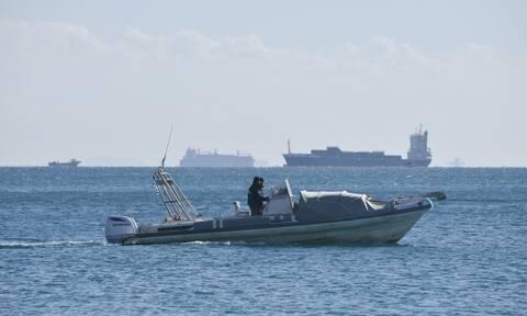 Στο λιμάνι της Ρόδου ρυμουλκείται το σκάφος με τους 50 μετανάστες
