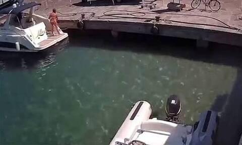 Βίντεο-σοκ: Γυναίκα πετάγεται στη θάλασσα μετά από έκρηξη σε σκάφος