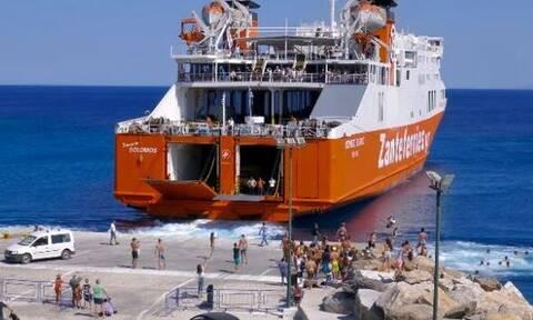 Σίκινος: Ο εντυπωσιακός αποχαιρετισμός των κατοίκων - Βουτάνε στο λιμάνι μόλις φεύγει το πλοίο