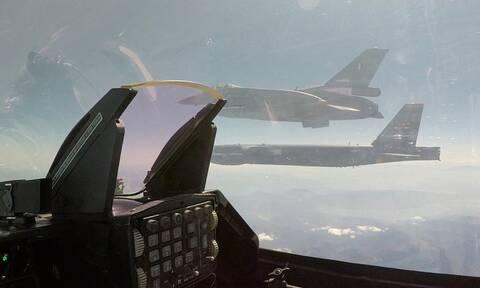 Εντυπωσιακές εικόνες: Αμερικανικό βομβαρδιστικό Β-52 πάνω από την Ελλάδα - Μαζί του ελληνικά F-16