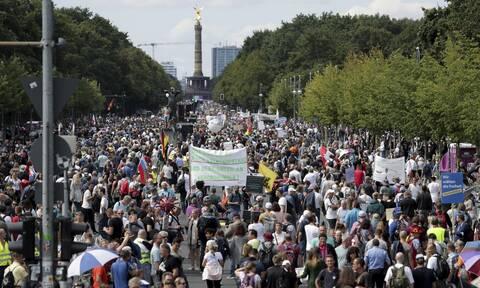 Κορονοϊός: Η Αστυνομία διέλυσε την πορεία των συνωμοσιολόγων ενάντια στην πανδημία