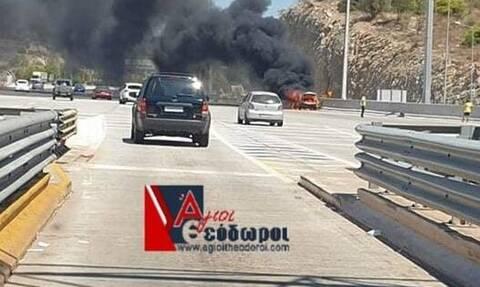 Συναγερμός στην Αθηνών - Κορίνθου: Λαμπάδιασε αυτοκίνητο (pics)