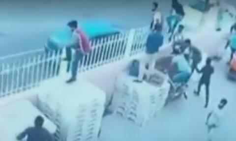 Βίντεο - σοκ: Άγριο ξύλο Ελλήνων με Πακιστανούς - Πέντε τραυματίες