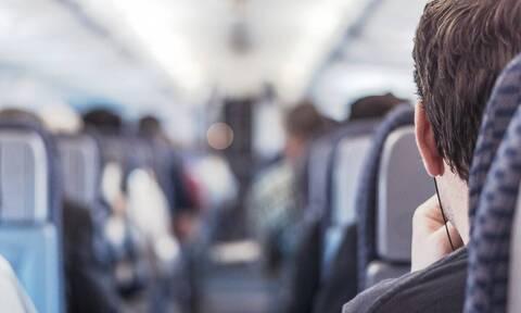 Καυτή αεροσυνοδός κρεμιέται ανάποδα για να κλείσει τα ντουλάπια (vid)