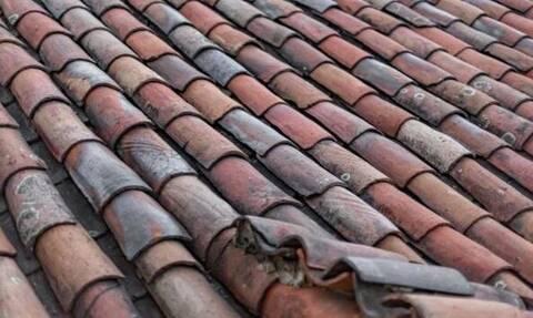 Εφιάλτης: Έπινε αμέριμνος τον καφέ του - Δείτε τι έπεσε από την οροφή