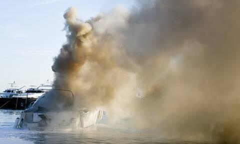 Εύβοια: Στις φλόγες φουσκωτό στη Νέα Λάμψακο