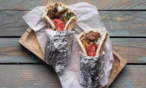 Άκης Πετρετζίκης: Λαχταριστή συνταγή για σουβλάκι με γύρο χοιρινό και τζατζίκι