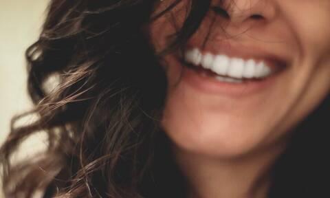Πώς να αποχωριστείς τις κιτρινίλες στα δόντια σου