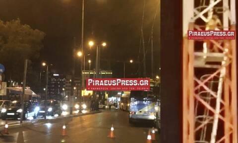 Πειραιάς: Άνδρας απειλούσε να πέσει από γερανό του Μετρό - Συγκλονιστικές εικόνες (pics - vid)
