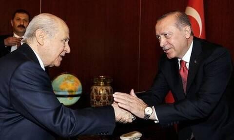 Ποιος κυβερνά την Τουρκία; Πώς ο Ερντογάν «προσκύνησε» Μπαχτσελι, «γκρίζους λύκους» και μαφία