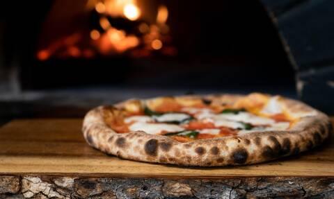 Πώς θα φτιάξεις μία πίτσα στα κάρβουνα χωρίς να παιδευτείς