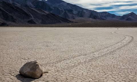 Τρομακτικό: Σε αυτή την έρημο οι πέτρες κουνιούνται μόνες τους!